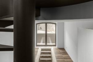 Zachovaná hydraulická mozaika vnořena dřevěné podlahy