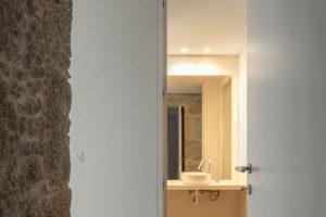 Odhalený kámen v chodbě