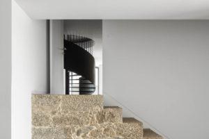 Odhalený kámen na schodech