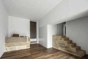 Odhalený kámen na schodech a pultě