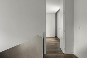 Chodba s drevěnou podlahou