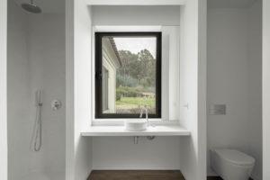 Koupelna s toaletou a oknem