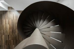 Černé kovové točité schodiště detail