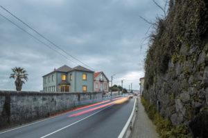 Třípodlažní dům z cesty