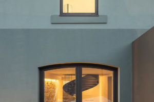 Třípodlažní dům detail oken