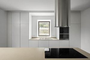 Bílá kuchyň s oknem