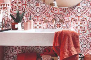 Koupelna laděná do rudé barvy