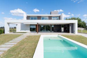 Bílý moderní letní dům