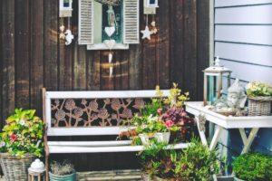 Kout s dekorací v zahradě