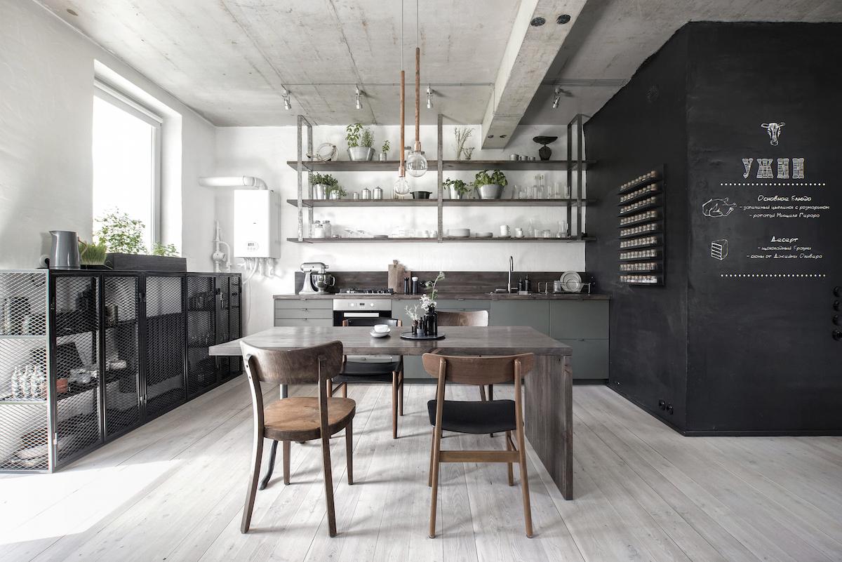 Účelně zařízená kuchyň v industriálním stylu bez zbytečných detailů
