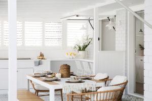 Velká bílá jídelna s přírodními detaily