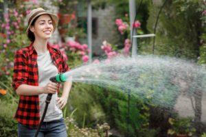 Polévání zahrady ženou