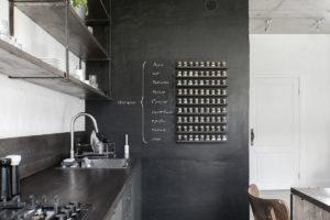 Kuchyň s černou stěnou