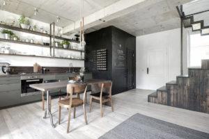 Židle v stylu retro v industriální kuchyni