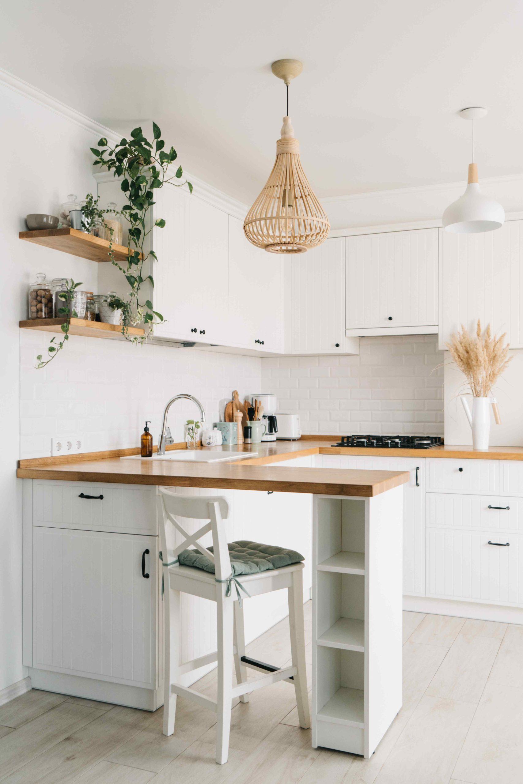 Bílá kuchyň s dřevěnou pracovní doskou