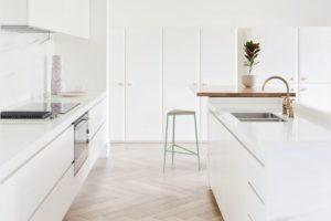 Drevěné parkety v bílé kuchyni