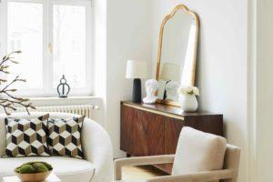 Světlý interiér so starožitným nábytkem