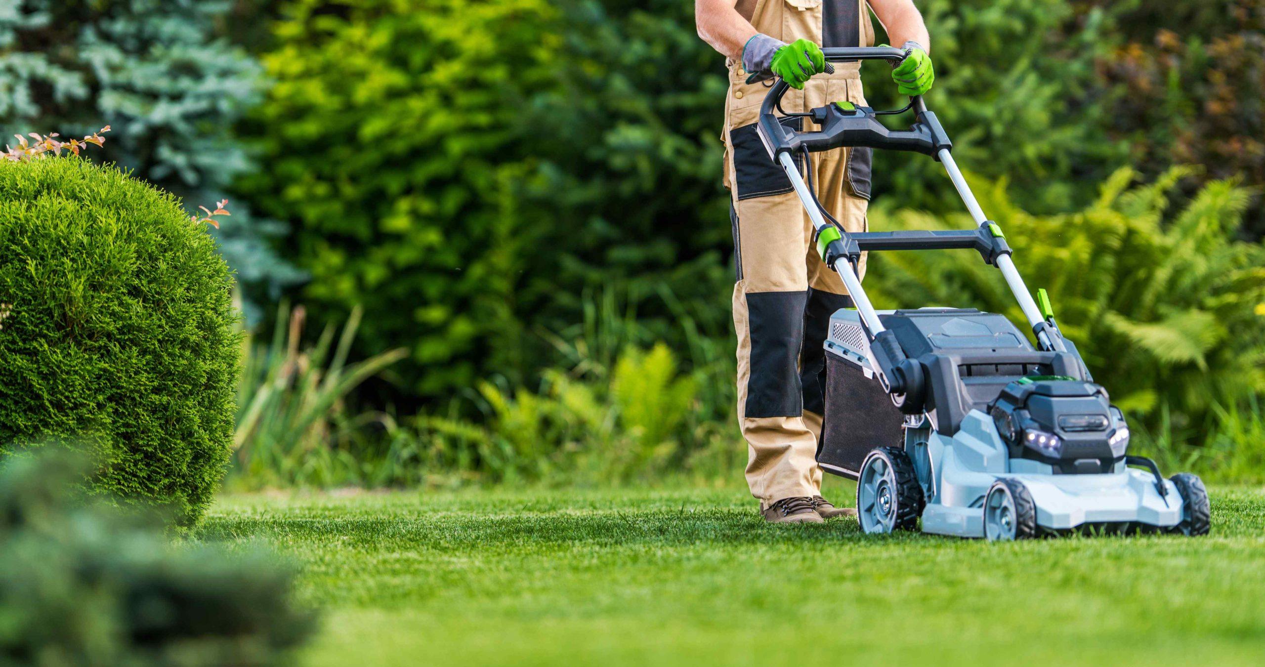 Muž seká trávník