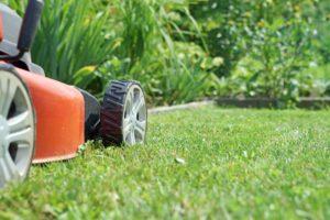 Kosačka na trávniku