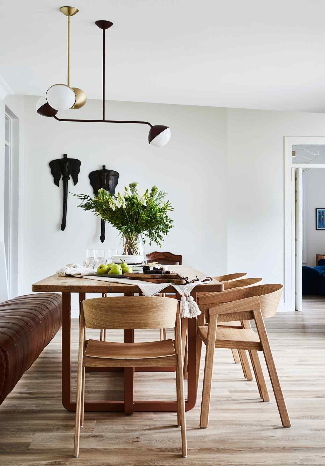 Nadčasová jídelna s dizajnovými židlemi