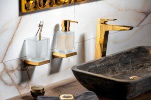 Zlatá baterie a koupelnové doplnky