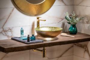 Zlaté umyvadlo a zrcadlo