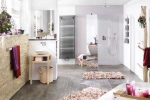 Světlá koupelna s rúžovou