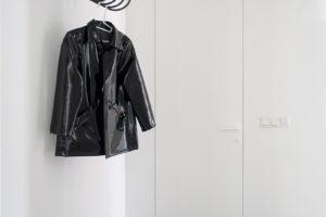 Chodba s velkým zrcadlem koženou bundou na věšáku