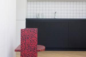 Dizajnový stolek na parketách při černé lince