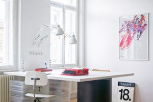 Pracovna s dizajnovým stolem a velkými okny