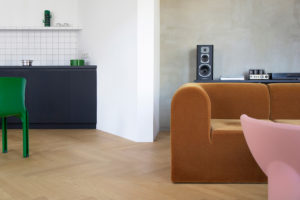 Obývák s hnědým retro gaučem část linky