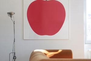 Hnědý retro gauč a obraz s jablkem