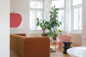 Obývák s hnědým retro gaučem