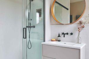 Sprchový kout a umyvadlo s velkým zrcadlem