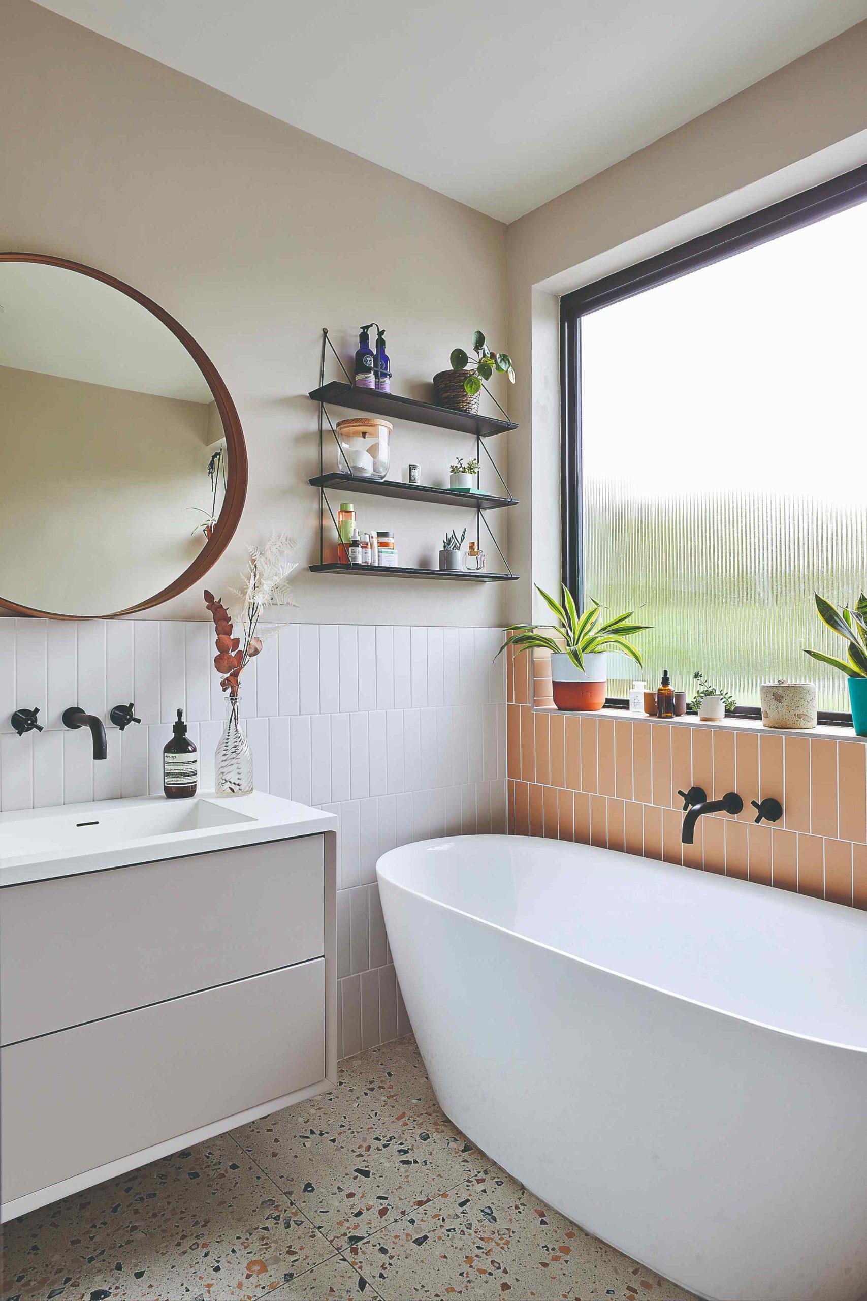 Koupelna s velkým zrcadlem a meruňkovými obkládačkami