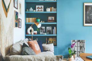 Tyrkysová stěna v obývaku a pohodlná pohovka