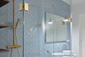 Moderní koupelna v bledomodré a zlaté baterie