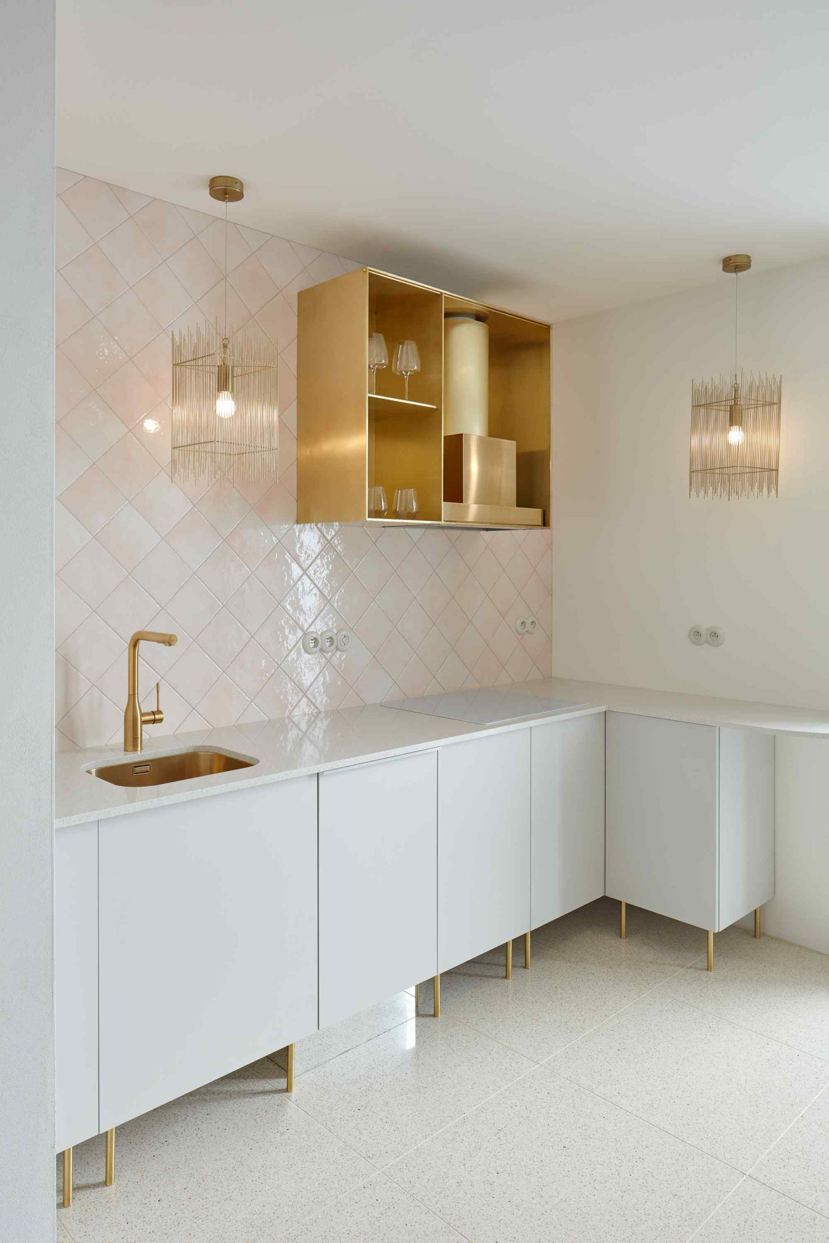 Kuchyň s mosadznými detaily