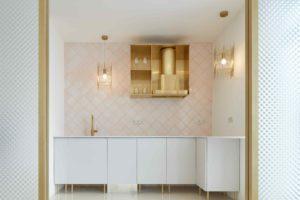 Kuchyň v pastelové s mosadznými detaily
