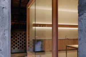 Kuchyň a jídelna v prosklené části stodoly