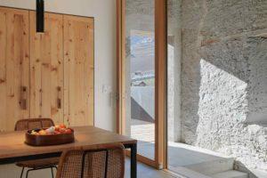 Kuchyň a jídelna v stodole s moderním interiérem