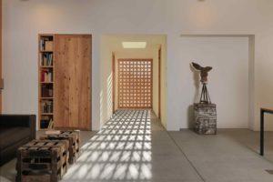 Vyřezávaná dřevěná zástěna v domě
