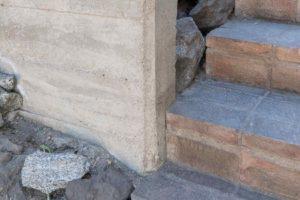 Cihlové schodiště do domu