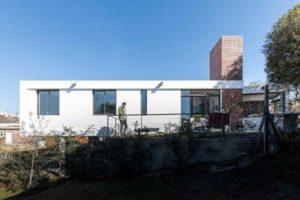 Bílý kvadrový rodinný dům s terasou