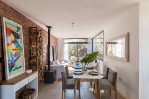 Obývací pokoj s jídelnou a tehlovou stěnou