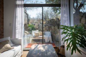 Obývací pokoj s velkým prosklením do přirody