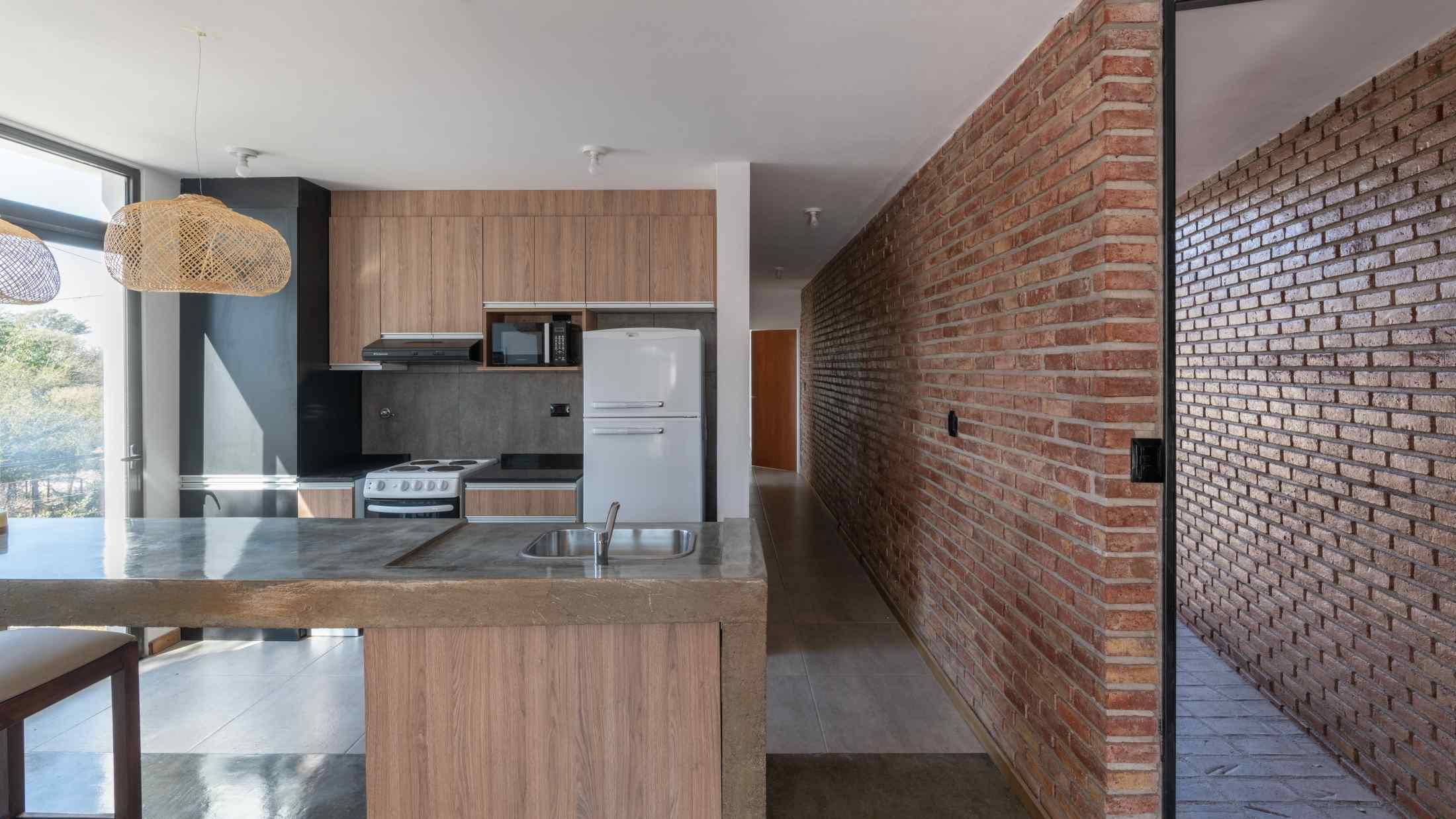 Kuchyň s cihlovou stěnou