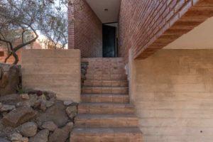 Vstupné schodiště do domu z cihly