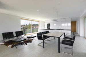Obývací pokoj a jídelna s prosklením