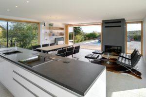 Obývací část s otevřenou kuchyní a prosklením